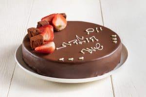 עוגת שוקולד קלאסית בתוספת כיתוב אישי  – 20 ס'מ